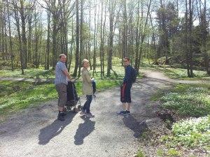 Syrran och hennes make till vänster, Andreas till höger och barnen har cyklat ifrån oss