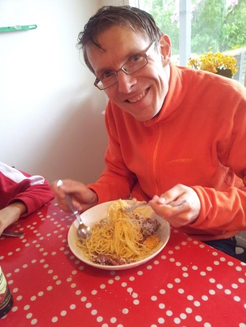 Maken äter stor tallrik med pasta