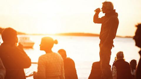 Grinda-futureperfect-festival-människor-i-kvällssol-i-skärgården