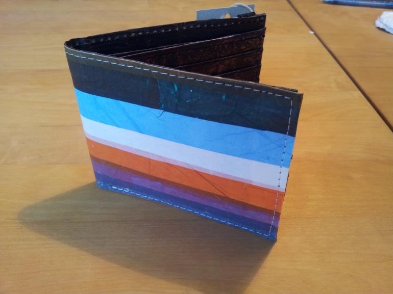 randig-plånbok-i-återvunnen-plast